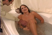 Lucky Wife Has Wet Pussy Licked In Bath