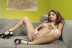 Young exotic girl makes herself cum!